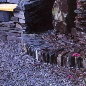 Le paillage ardoise crée une décoration élégante éco pour vos jardins