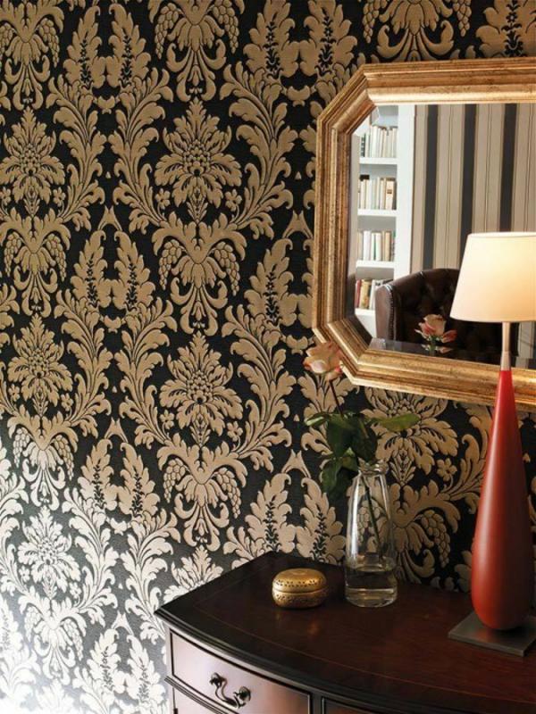 papier-peint-baroque-et-un-miroir