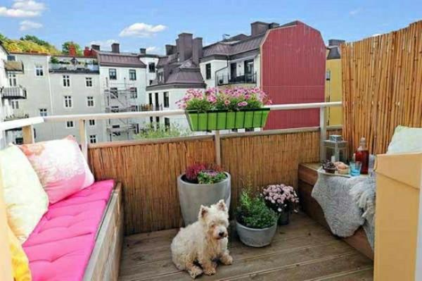 paravent-bambou-balustrade-banc-tapisserie-rose-coussins-multicouleurs-