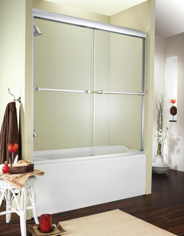 pare-baignoire-coulissant-dans-une-jolie-salle-de-bains