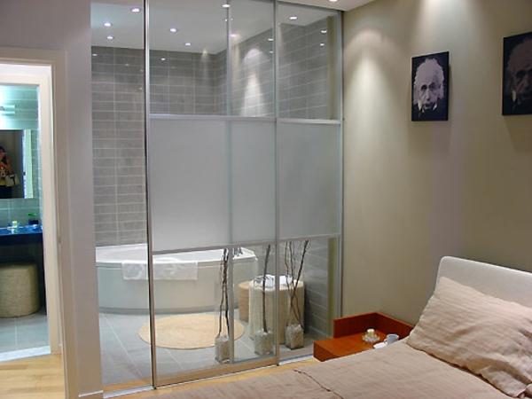 , chambre à coucher près dune baignoire, pare baignoire coulissant