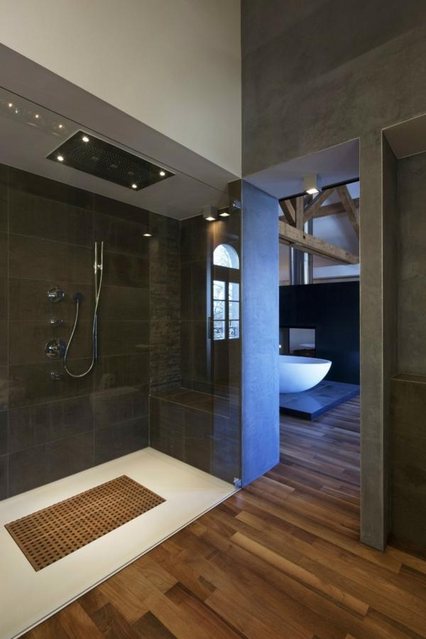 parquet-stratifié-dans-la-salle-de-bains-éclairage-encastré