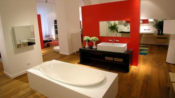 parquet-stratifié-dans-la-salle-de-bains-baignoire-jolie-un-mur-rouge
