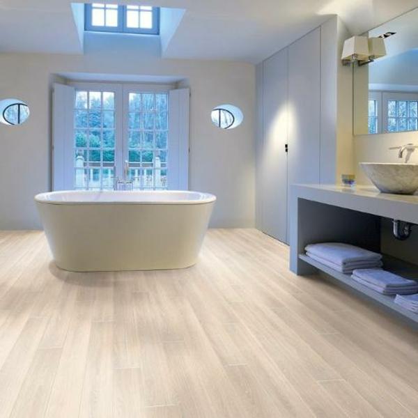 Le parquet stratifi dans la salle de bains est une d coration du sol fonctio - Parquet stratifie cuisine ...