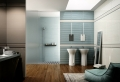 Le parquet stratifié dans la salle de bains est une décoration du sol fonctionnelle