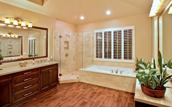 parquet-stratifié-dans-la-salle-de-bains-murs-beiges-grand-miroir-mural