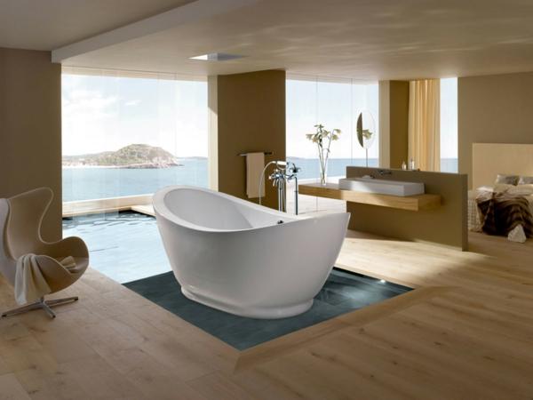 parquet-stratifié-dans-la-salle-de-bains-baignoire-sabot