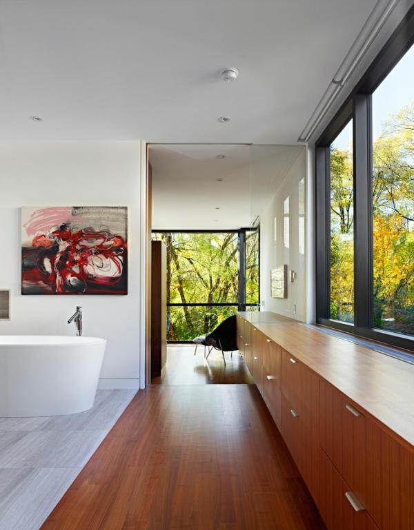 parquet-stratifié-dans-la-salle-de-bains-peinture-artistique-baignoire-blanche