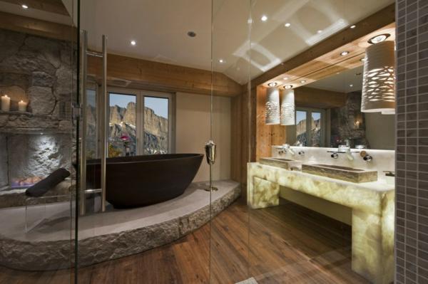 parquet-stratifié-dans-la-salle-de-bains-et-une-baignoire-sabot-noire