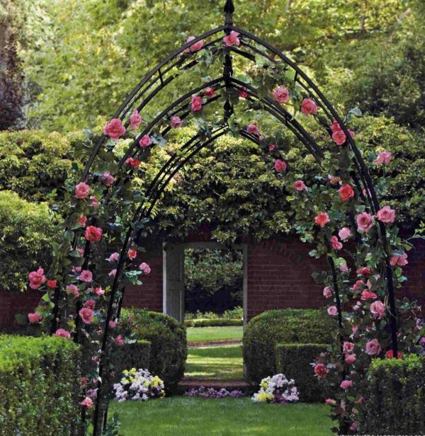 pergola-en-fer-forgé-et-jolies-fleurs-gimpantes