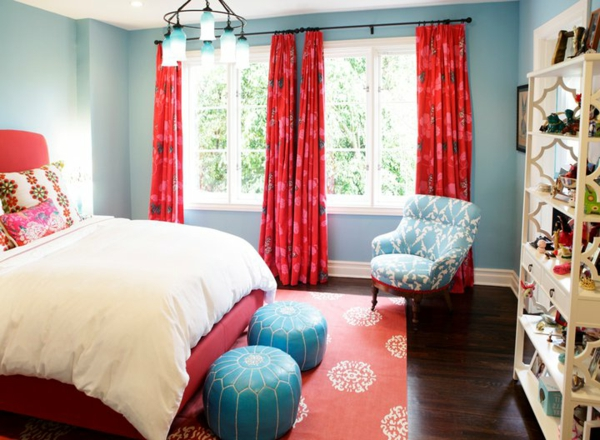 pouf-marocain-deux-poufs-en-turquoise-dans-une-chambre-à-coucher