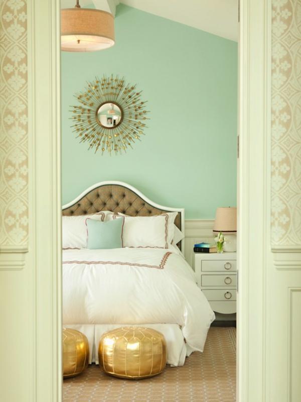 pouf-marocain-poufs-dorés-dans-une-chambre-à-coucher