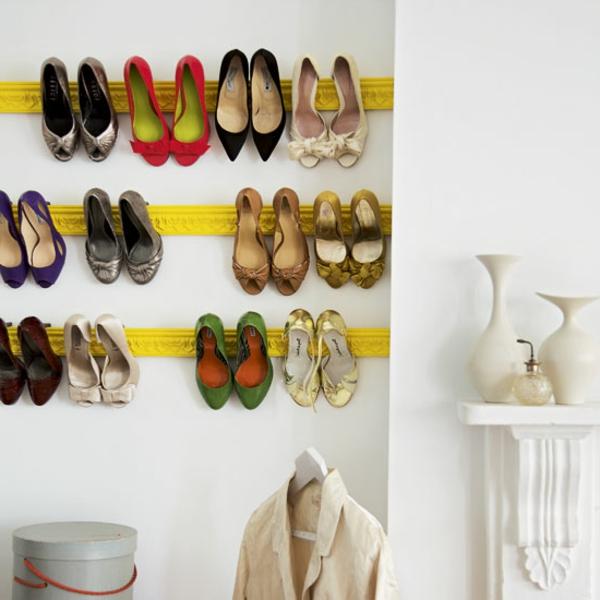 range-chaussures-mural-étagères-jaunes