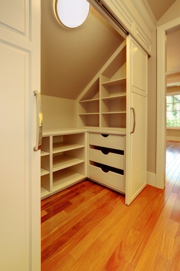 quelques id es cr atives de rangement sous pente. Black Bedroom Furniture Sets. Home Design Ideas