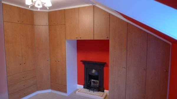 rangement-sous-pente-armoire-en-bois-et-cheminée
