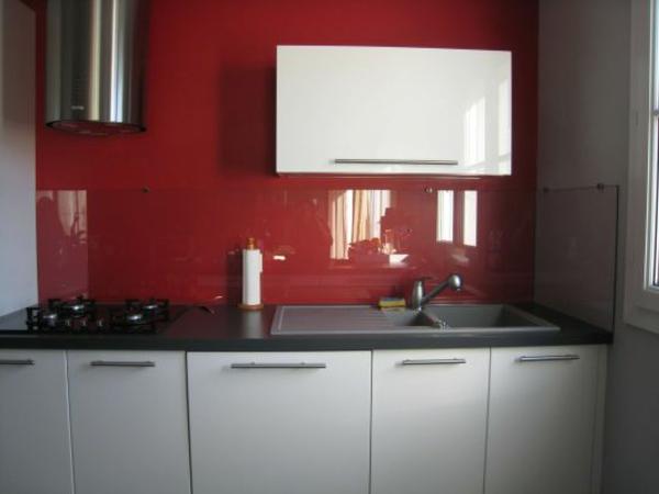 credence verre rouge interesting crdence miroir gris fonc sur mesure en verre with credence. Black Bedroom Furniture Sets. Home Design Ideas