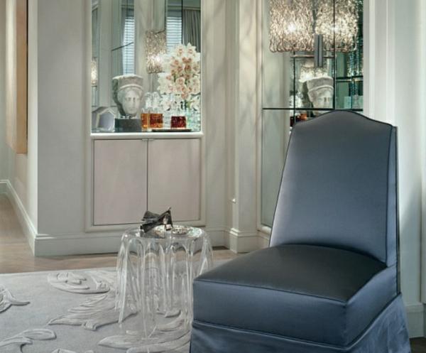 table-basse-transparente-petite-table-ronde-et-un-fauteuil-noir