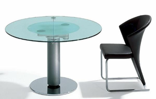 table-ronde-extensible-et-une-chaise-noire