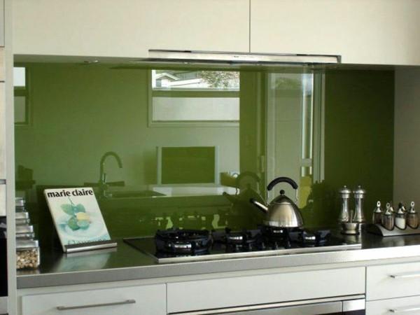 verre-laque-cuisine-vert-feuille-deco-crédence-en-verre