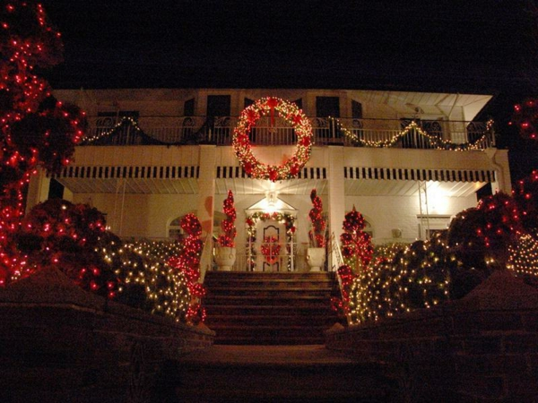Old-Fashioned-Outdoor-Christmas-Light-Decorating-Ideas-resized