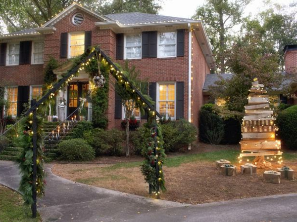 Original_Brian-Patrick-Flynn-Holiday-House-outdoor-decorations_s4x3_lg-resized