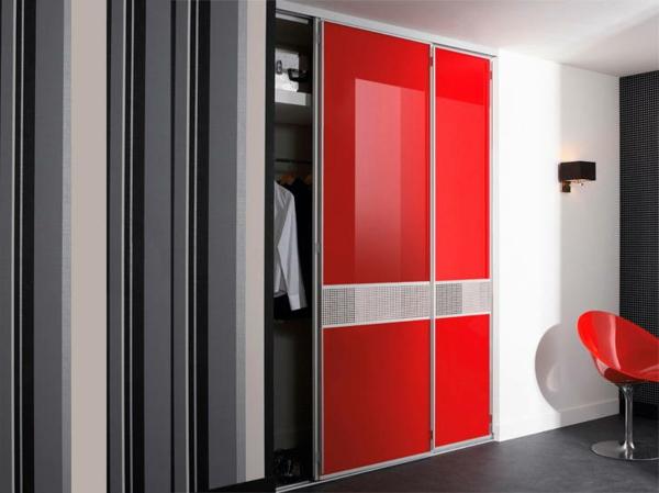 Placard-avec-portes-laquées-rouge