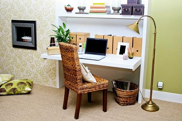 bureau-escamotable-chaise-et-pannier-en-matériaux-natureils, une lampe sur pied