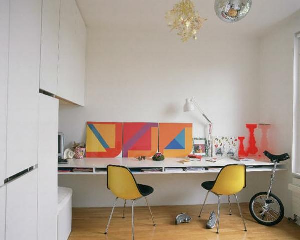 bureau-suspendu-et-déco-colorées-dans-une-chambre-blanche
