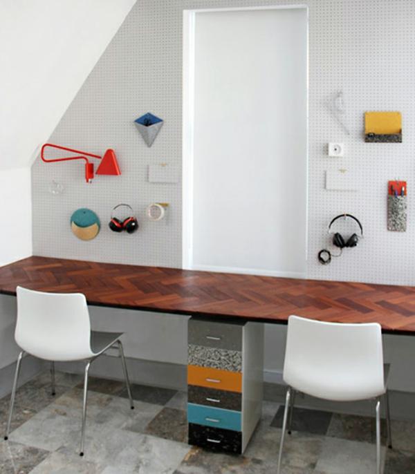 bureau-suspendu-petits-tiroirs-et-un-mur-blanc