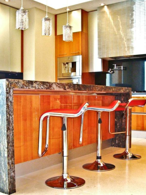 chaise-de-bar-rouge-île-de-cuisine-et-chaises-rouges