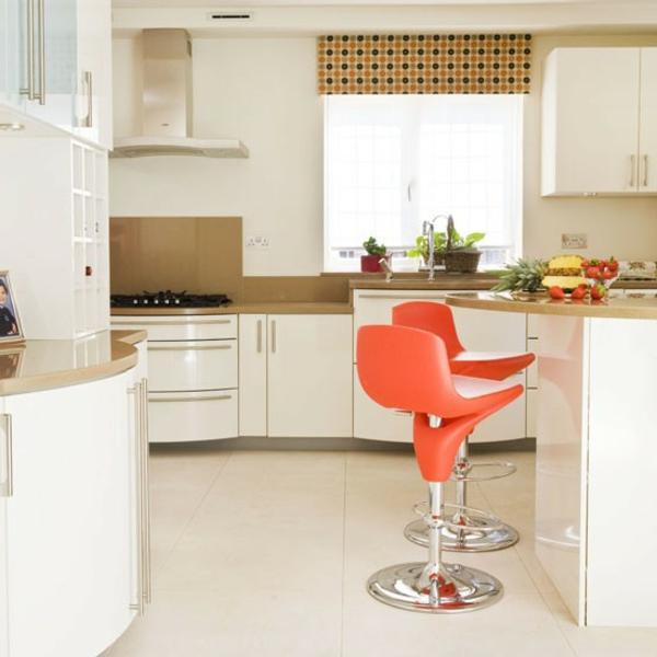 chaise-de-bar-rouge-deux-chaises-rouges-dans-une-cuisine-blanche