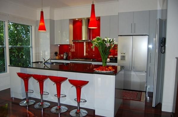 chaise-de-bar-rouge-lampes-pendantes-rouges