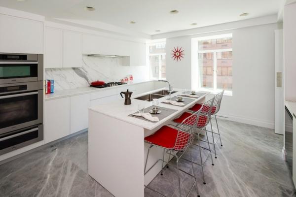 chaise-de-bar-rouge-un-bar-blanc-le-sol-en-marbre