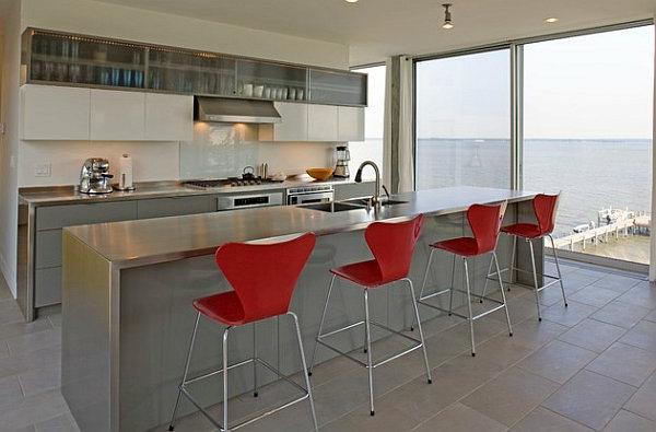 chaise-de-bar-rouge-une-cuisine-claire-et-comptoir-en-bois