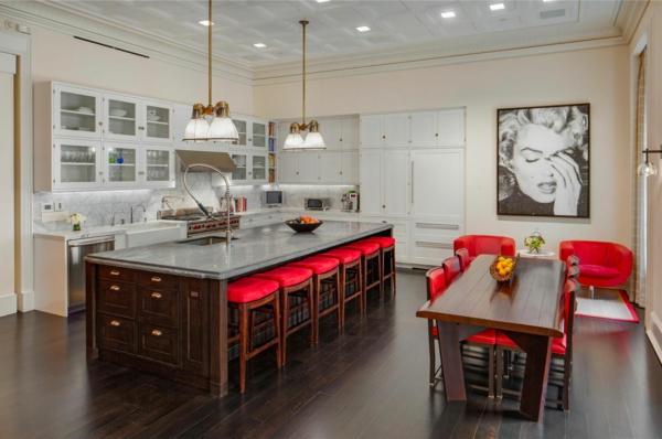 chaise-de-bar-rouge-une-grande-île-de-cuisine-plateau-gris-et-photographie-originale