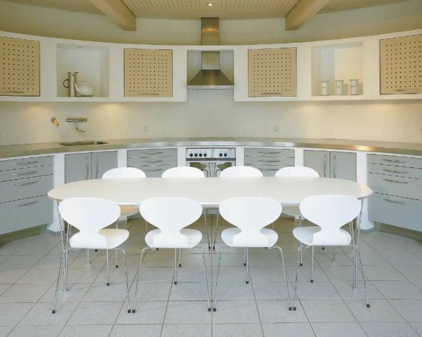 chaise-fourmi-chaises-blanches-autour-d'une-table-ovale