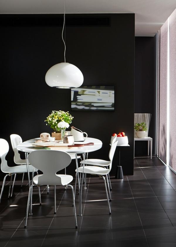 chaise-fourmi-chaises-blanches-et-une-table-de-déjeuner