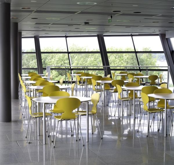 chaise-fourmi-chaises-jaunes-fourmi-dans-une-cantine