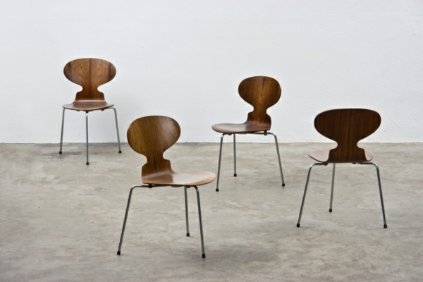 chaise-fourmi-chaises-marronnes