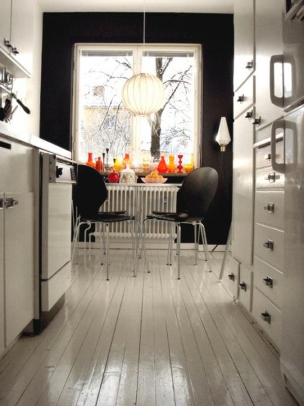 chaise-fourmi-chaises-noires-ans-une-cuisine-blanche