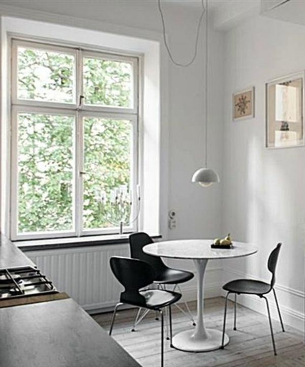 chaise-fourmi-chaises-noires-autour-d'une-table-ronde
