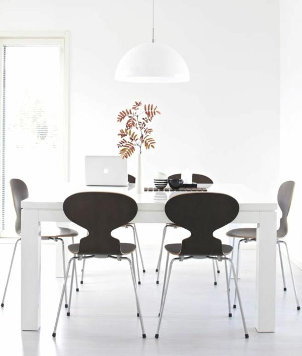 chaise-fourmi-chaises-noires-et-table-blanche