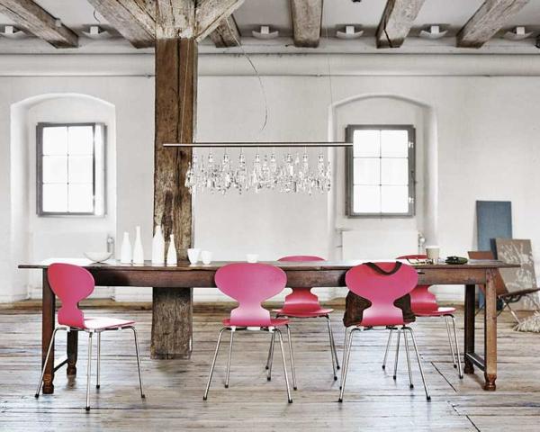 chaise-fourmi-chaises-roses-et-une-table-en-bois