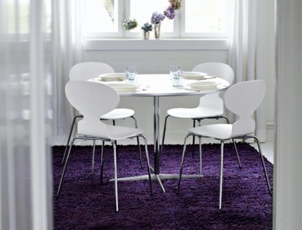 chaise-fourmi-des-chaises-blanches-et-un-tapis-lilas