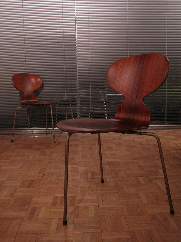 chaise-fourmi-deux-chaises-marronnes