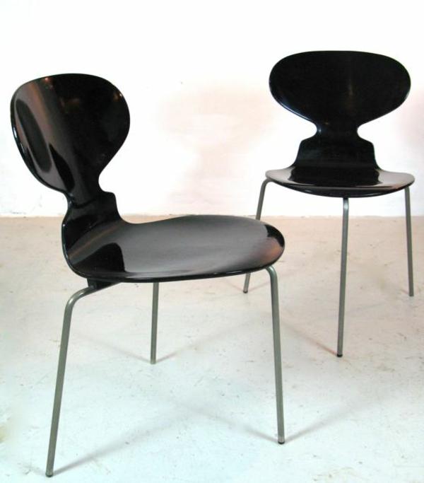 chaise-fourmi-deux-chaises-noires