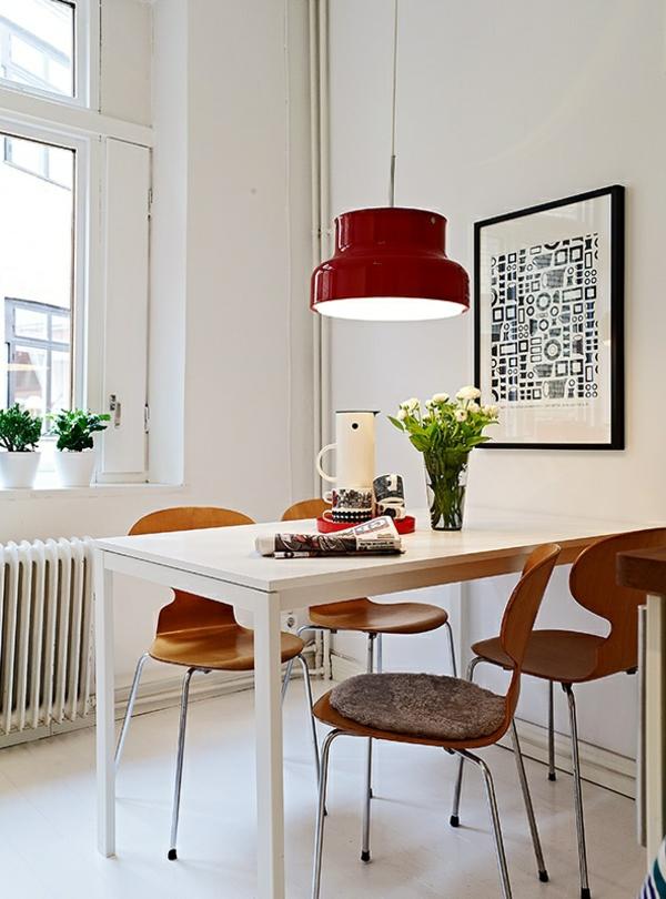 chaise-fourmi-et-une-lampe-rouge-pendante