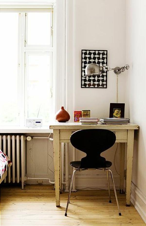 chaise-fourmi-une-chaise-et-un-bureau