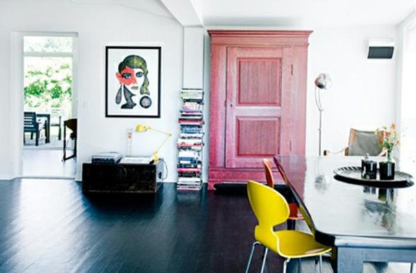 chaise-fourmi-une-chaise-fourmi-jaune-près-d'un-grand-bureau-noir
