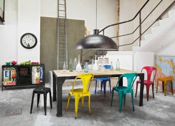 chaises-industrielles-chaises-multiples-style-industriel-et-lampe-pendante-industrielle